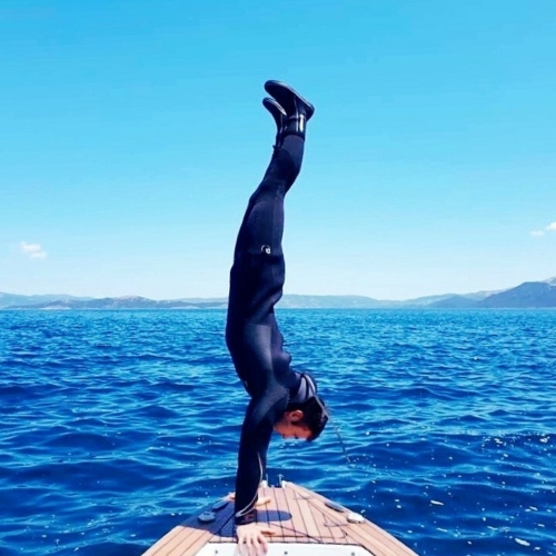 Perfect balance in body and mind 🤩 just warming up for the dive 👌💦 #marathondiversclub #boatdive #scubadiving #balance #acrobatics #superexcited